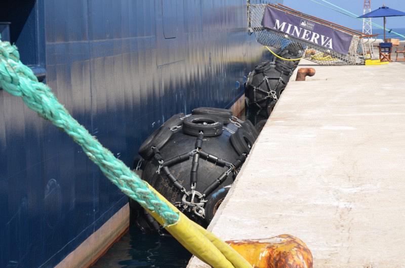 Εικόνα 1: Πνευματικοί προσκρουστήρες σε χρήση κατά την πλαγιοδέτηση κρουαζιερόπλοιου στον τουριστικό λιμένα Ρόδου (Ρόδος - 2012)
