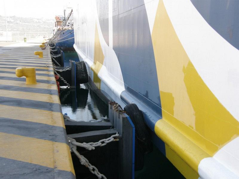 Εικόνα 2. Προσκρουστήρας τύπου V με πάνελ επαφής (Buckling type) που δεν ανταποκρίνεται στις λειτουργικές ανάγκες του πρυμνοδετημένου πλοίου με συνέπεια την ανάρτηση σε αυτών χρησιμοποιημένων ελαστικών οχημάτων (Λιμένας Σούδας, προβλήτας Ανδρείας - Κρήτη 2011)